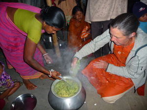 Hier ist Anne Bucher zu sehen, die Kleinbauern in Indien zeigt, wie Moringa zubereitet werden kann