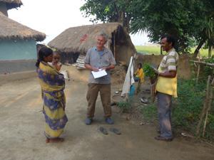 Hier ist Rolf Bucher zu sehen, der Kleinbauern über Bio-dynamischen Gemüseanbau berät.
