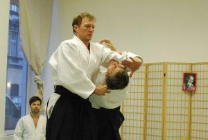 Aikidolehrer Jelmut Rachl beim irimi Nage mit Uke Professor Martin Gruber, 7.Dan Aikikai